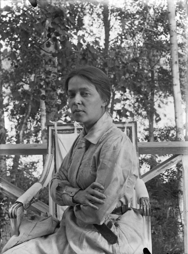 ellen-thesleff-pa-casa-biancas-balkong-pa-1910-talet.-svenska-litteratursallskapet-i-finland-ellen-thesleffs-fotografier.-portratt.jpg