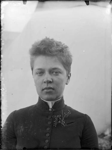 ellen-thesleff-tidigt-1890-tal.-svenska-litteratursallskapet-i-finland-ellen-thesleffs-fotografier.-portratt.jpg