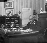 zacharias-topelius-vid-sitt-skrivbord-1879-1898.-fotograf-okand.-svenska-litteratursallskapetfamiljen-zachris-topelius-arkiv.-portratt.jpg