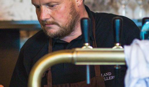 Kändiskocken Michael Björklund har lanserat gin på Alko